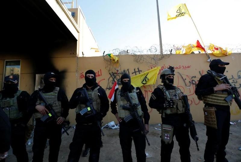 Lực lượng an ninh Iraq canh gác bên ngoài trụ sở đại sứ quán Mỹ ở Baghdad (Iraq) ngày 31-12. Ảnh: REUTERS