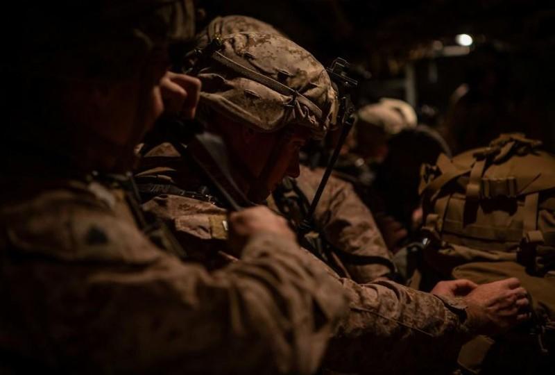 Lính thủy quân lục chiến Mỹ được triển khai từ Kuwait sang để bảo vệ nhân viên ngoại giao đang ẩn náu bên trong trụ sở đại sứ quán Mỹ ở Baghdad (Iraq). Ảnh: REUTERS