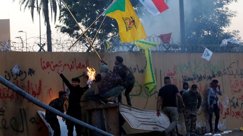 Các tay súng nhóm vũ trang Kata'ib Hezbollah và người biểu tình Iraq xông vào tấn công trụ sở đại sứ quán Mỹ ở Baghdad (Iraq) ngày 31-12. Ảnh: REUTERS