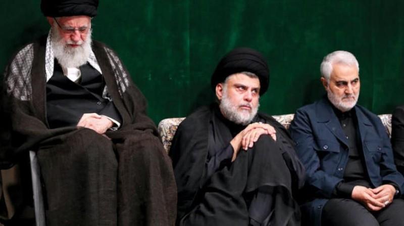 Tướng Soleimani (phải) trong một sự kiện cùng Lãnh đạo Tối cao Iran Ali Khamenei (trái). Ảnh: AAWSAT