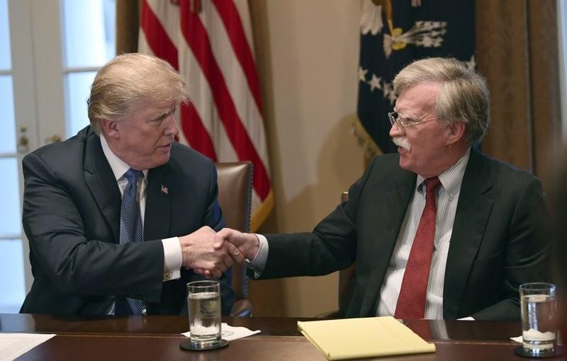 Tổng thống Donald Trump (trái) và Cố vấn an ninh quốc gia John Bolton thời còn làm việc chung. Ảnh: AP