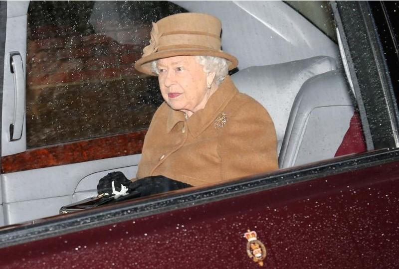 Nữ hoàng Anh Elizabeth II trở về cung điện sau lễ nhà thờ ngày 12-1. Ảnh: REUTERS