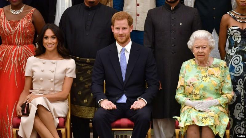 Nữ hoàng Elizabeth II (phải) và cháu trai Harry (giữa), cháu dâu Meghan (trái). Ảnh: REUTERS