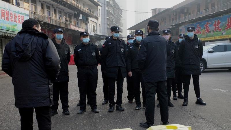 Nhà chức trách kiểm tra một khu chợ hải sản ở TP Vũ Hán, tỉnh Hồ Bắc (Trung Quốc). Ảnh: AFP