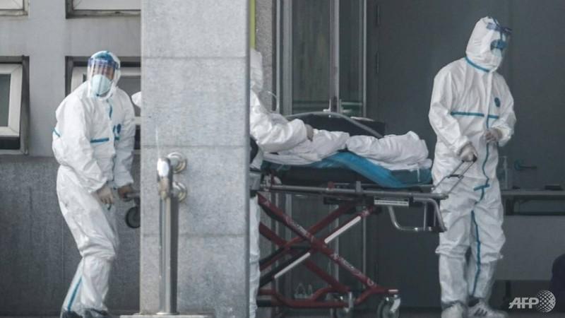 Nhân viên y tế đẩy xe chở bệnh nhân tại bệnh viện – nơi các ca nhiễm virus Vũ Hán đang điều trị, tại TP Vũ Hán, tỉnh Hồ Bắc (Trung Quốc) ngày 18-1. Ảnh: AFP