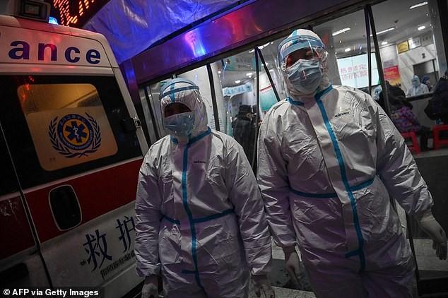 Nhân viên y tế mang quần áo bảo hộ tại bệnh viện Hội chữ thập đỏ Vũ Hán. Ảnh: AFP