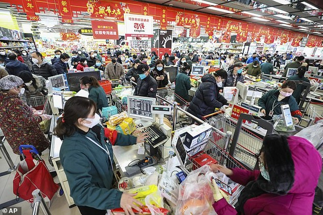 Người dân bên trong Vũ Hán bận rộn mua sắm chuẩn bị Tết và cả mua thiết bị ngăn lây nhiễm virus corona. Ảnh: AP
