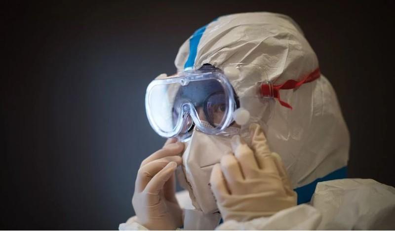 Các bác sĩ ở Vũ Hán nói họ thiếu trầm trọng đồ bảo hộ ngăn lây nhiễm. Ảnh: REUTERS