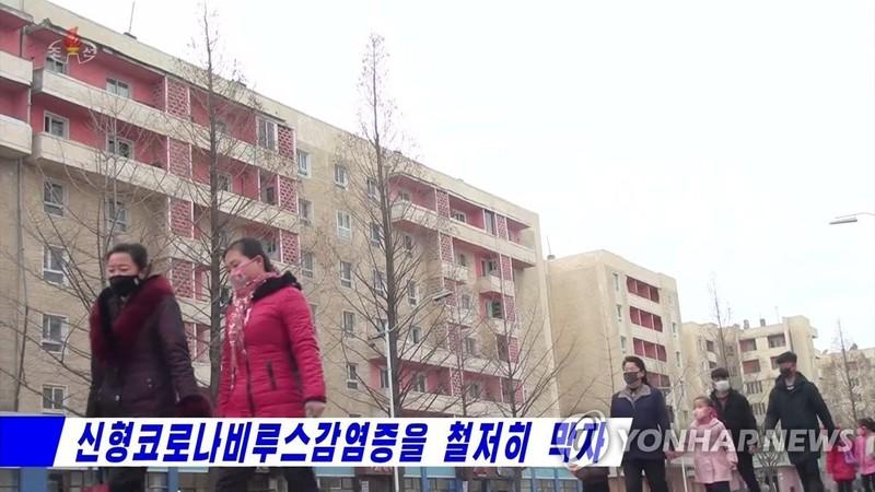 Người dân Bình Nhưỡng đeo khẩu trang ngừa nhiễm virus Corona. Ảnh: YONHAP chụp từ truyền hình Triều Tiên ngày 31-1