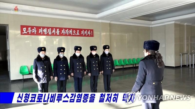 Công nhân ngành giao thông đeo khẩu trang ngừa nhiễm virus Corona. Ảnh: YONHAP chụp từ truyền hình Triều Tiên ngày 31-1