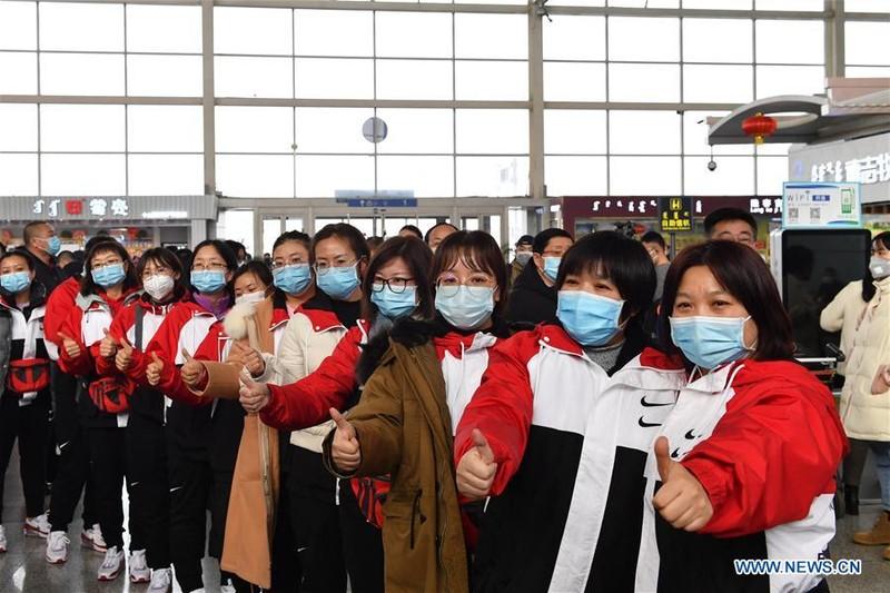 Các bác sĩ tại khu tự trị Nội Mông chuẩn bị xuất phát về tỉnh Hồ Bắc (Trung Quốc) tham gia chống dịch. Ảnh: THX