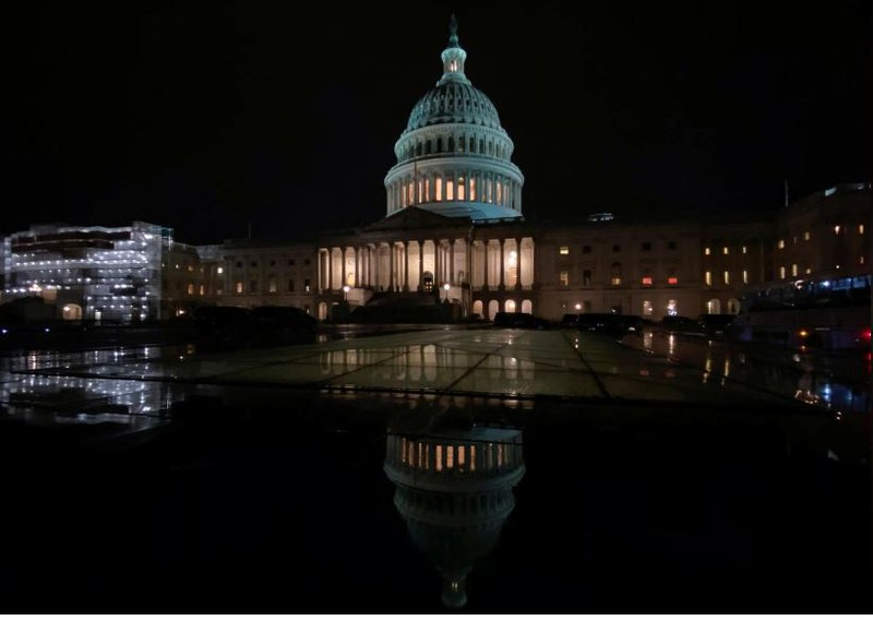 Tòa nhà Quốc hội Mỹ trong một đêm Thượng viện mở phiên tòa luận tội Tổng thống Mỹ Donald Trump. Ảnh: REUTERS