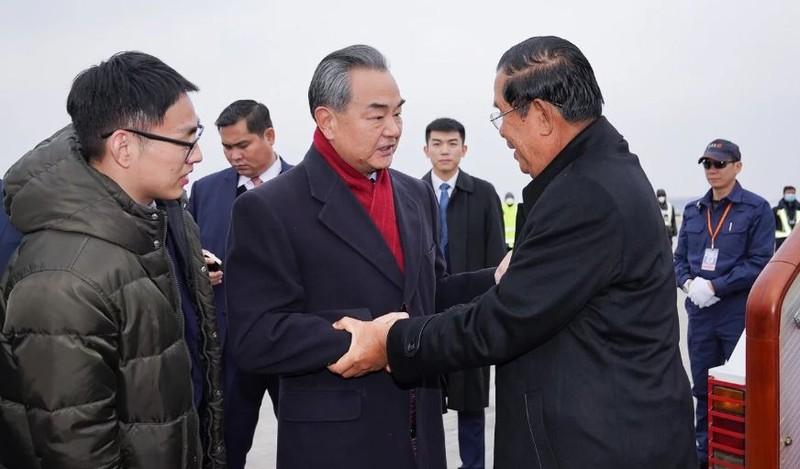 Bộ trưởng Ngoại giao Trung Quốc Vương Nghị (giữa) đón Thủ tướng Campuchia Hun Sen (phải) tại Bắc Kinh ngày 5-2. Ảnh: THX