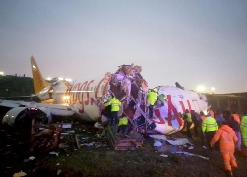 Boeing 737-800 chở 177 người trượt đường băng, gãy đôi - ảnh 1