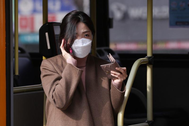 COVID-19 Hàn Quốc: Nhiễm trên 2.000, dân đòi luận tội ông Moon - ảnh 1