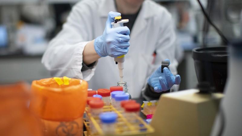 COVID-19: Thuốc điều trị và vaccine ngừa, cái nào sẽ có trước? - ảnh 1