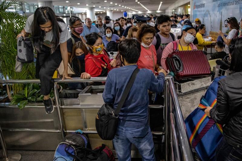 Phong tỏa chưa đủ, Manila tính cả giới nghiêm ngăn COVID-19 - ảnh 2