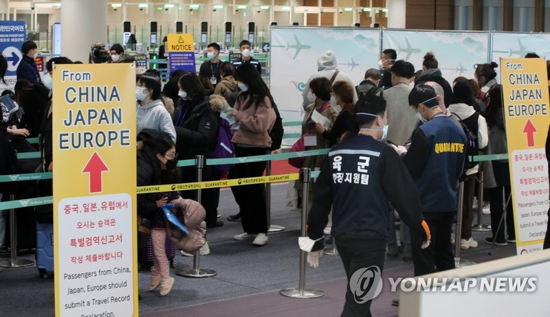 Mỹ ngưng cấp thị thực gần như toàn cầu vì COVID-19 - ảnh 2