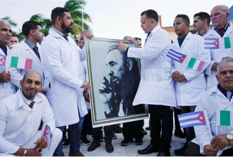 Cuba lần đầu đưa 52 bác sĩ sang Ý chống COVID-19 - ảnh 1