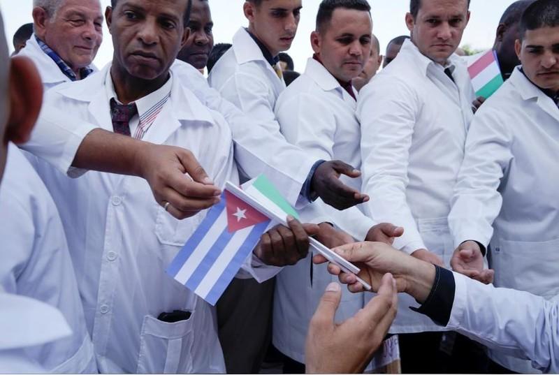 Cuba lần đầu đưa 52 bác sĩ sang Ý chống COVID-19 - ảnh 2