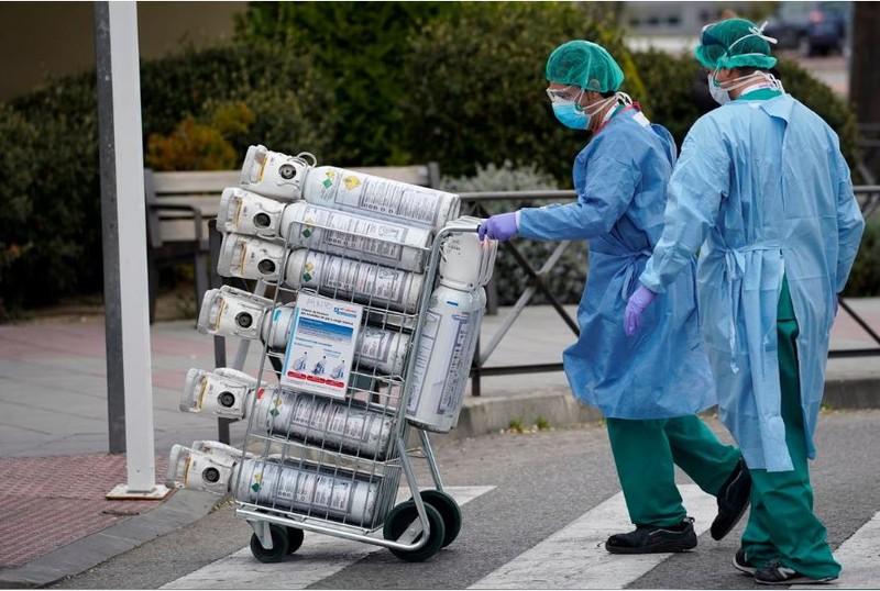 COVID-19 châu Âu: Đau lòng gần 12.300 nhân viên y tế TBN nhiễm - ảnh 2