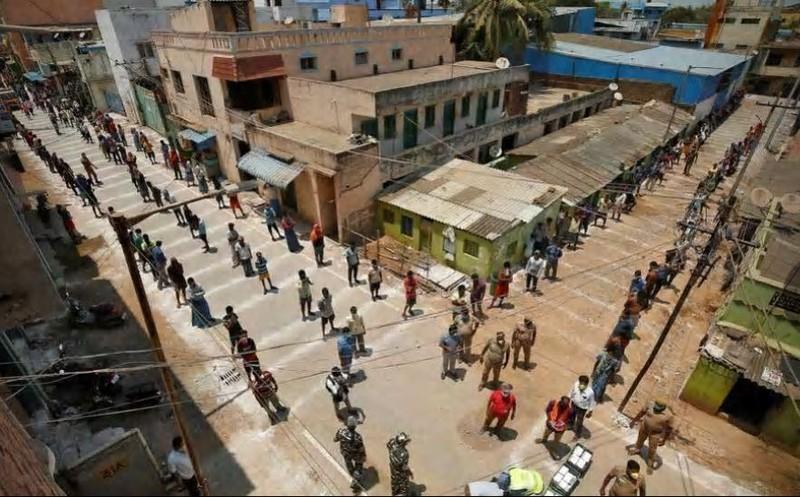 Cảnh sát Ấn đổi chiến thuật kiểm soát phong tỏa từ rắn qua hài - ảnh 4