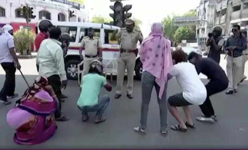 Cảnh sát Ấn đổi chiến thuật kiểm soát phong tỏa từ rắn qua hài - ảnh 1