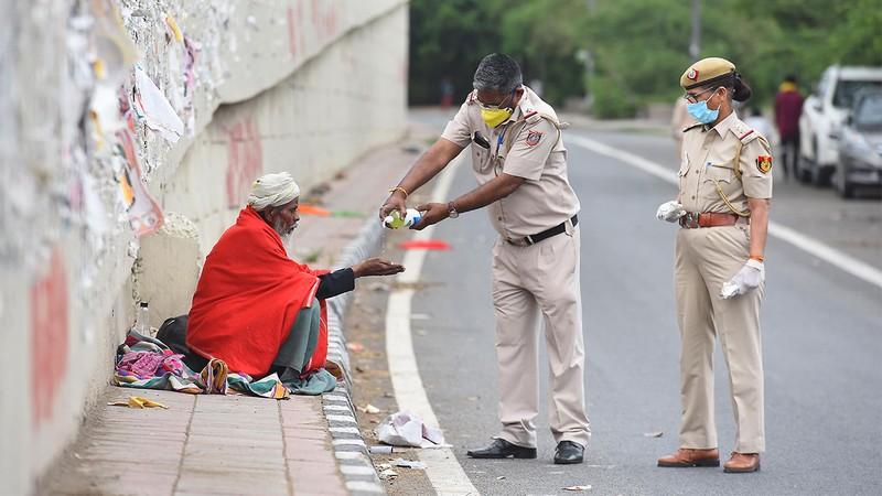 Cảnh sát Ấn đổi chiến thuật kiểm soát phong tỏa từ rắn qua hài - ảnh 5