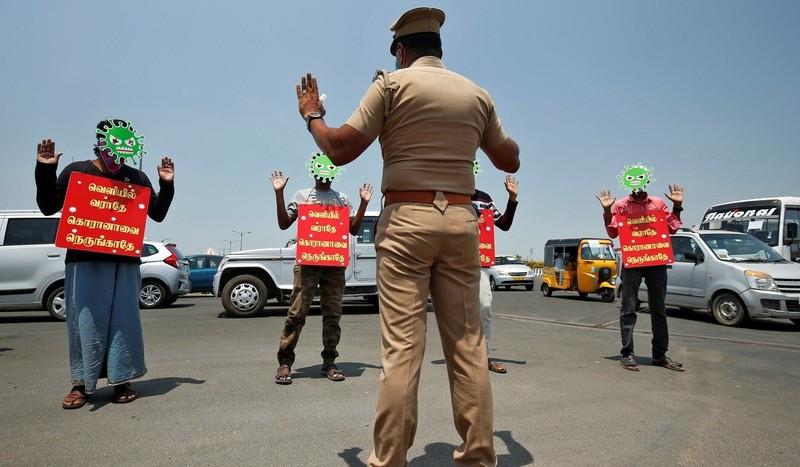 Cảnh sát Ấn đổi chiến thuật kiểm soát phong tỏa từ rắn qua hài - ảnh 3