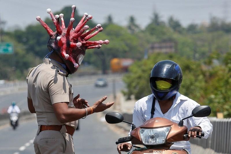 Cảnh sát Ấn đổi chiến thuật kiểm soát phong tỏa từ rắn qua hài - ảnh 2