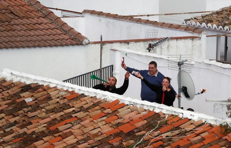 Chùm ảnh: Muôn kiểu 'ở nhà' khắp thế giới mùa COVID-19 - ảnh 16