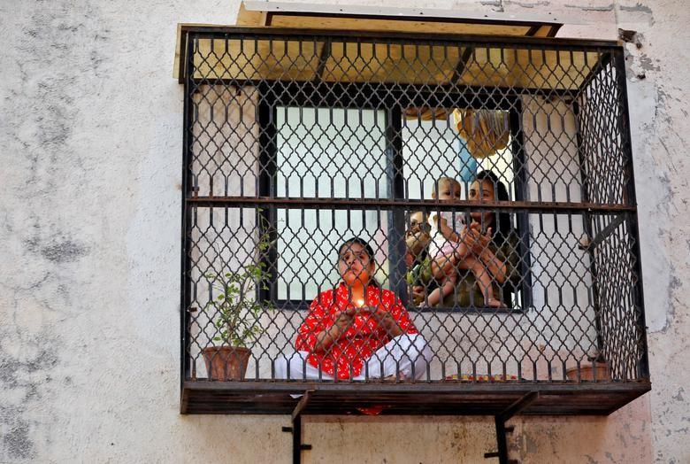 Chùm ảnh: Muôn kiểu 'ở nhà' khắp thế giới mùa COVID-19 - ảnh 17