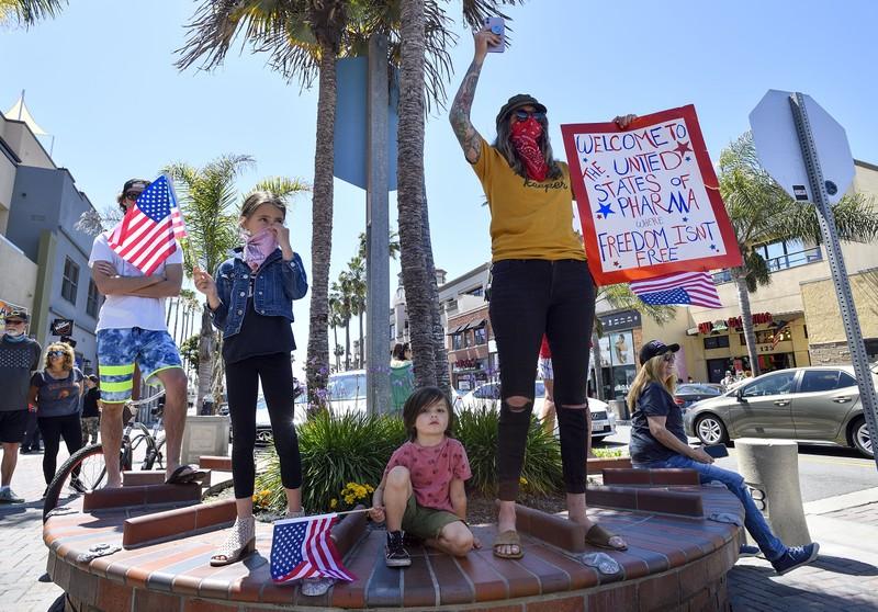 Mỹ: Y tá xuống đường đối đầu người biểu tình phản đối ở nhà  - ảnh 11