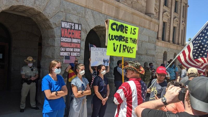 Mỹ: Y tá xuống đường đối đầu người biểu tình phản đối ở nhà  - ảnh 8