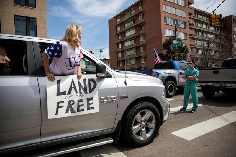 Mỹ: Y tá xuống đường đối đầu người biểu tình phản đối ở nhà  - ảnh 2