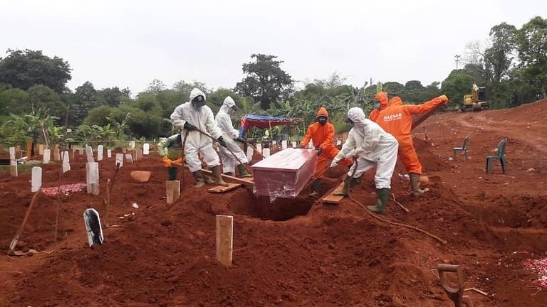 Chuyện những người đào huyệt chôn người chết vì COVID-19 - ảnh 3