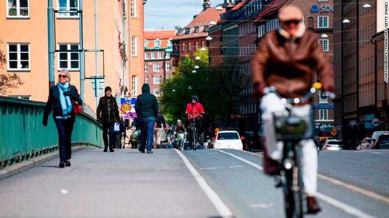 Thấy gì từ chiến lược xây 'miễn dịch cộng đồng' của Thụy Điển? - ảnh 2