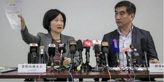 Giới chính trị gia Hong Kong đổ lỗi nhau vụ Mỹ dọa rắn tay - ảnh 2