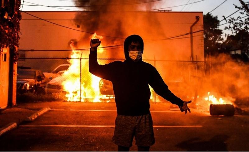 Người da màu chết: Cả nước sục sôi, Mỹ báo động 800 quân cảnh - ảnh 1