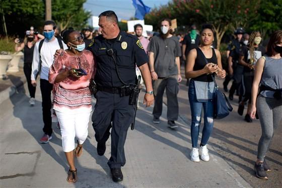 Mỹ: Cảnh sát cùng quỳ gối, xuống đường với người biểu tình - ảnh 2