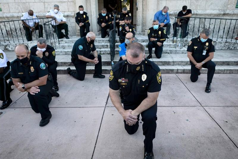 Mỹ: Cảnh sát cùng quỳ gối, xuống đường với người biểu tình - ảnh 1