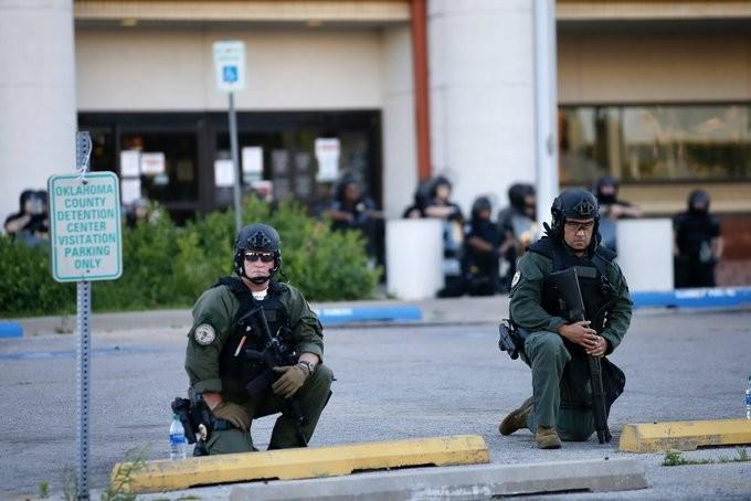 Mỹ: Cảnh sát cùng quỳ gối, xuống đường với người biểu tình - ảnh 4