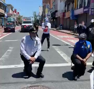 Mỹ: Cảnh sát cùng quỳ gối, xuống đường với người biểu tình - ảnh 3
