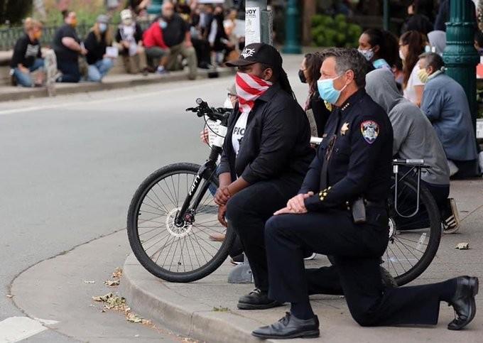 Mỹ: Cảnh sát cùng quỳ gối, xuống đường với người biểu tình - ảnh 5