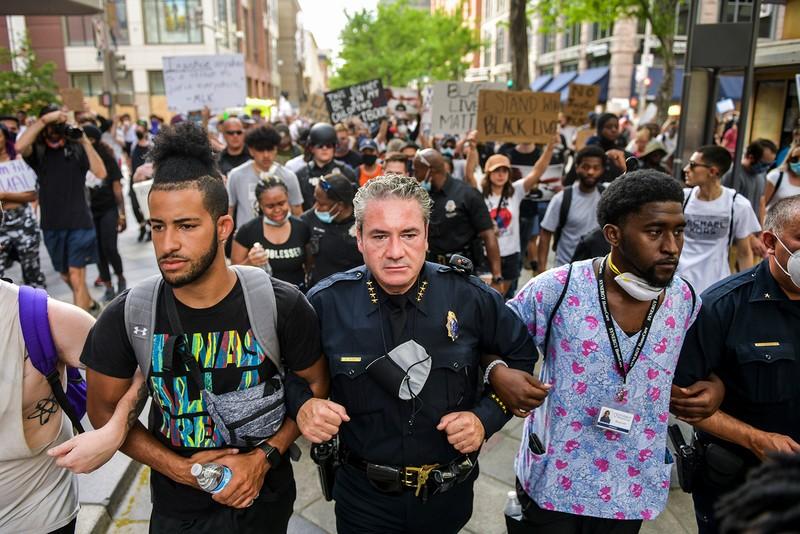 Biểu tình Mỹ lúc này: Hòa bình ban ngày, bạo động ban đêm - ảnh 1