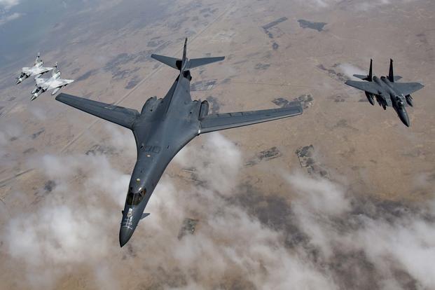 Mỹ đưa máy bay ném bom và máy bay do thám đến Biển Đông - ảnh 1