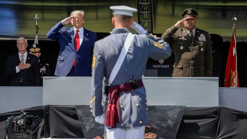Ảnh: Ông Trump dự lễ tốt nghiệp West Point - ảnh 1
