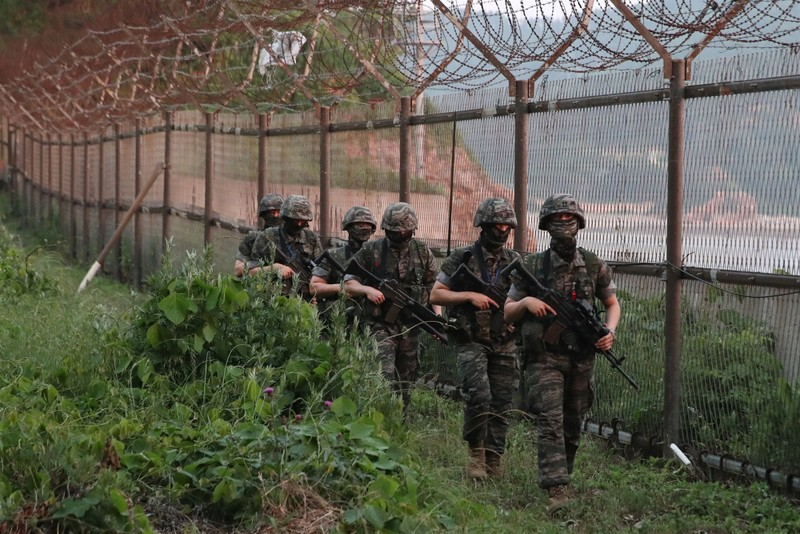 Lính thủy Hàn Quốc tuần tra dọc hàng rào quân sự ở biên giới liên Triều ngày 16-6. Ảnh: YONHAP/AFP/GETTY IMAGES