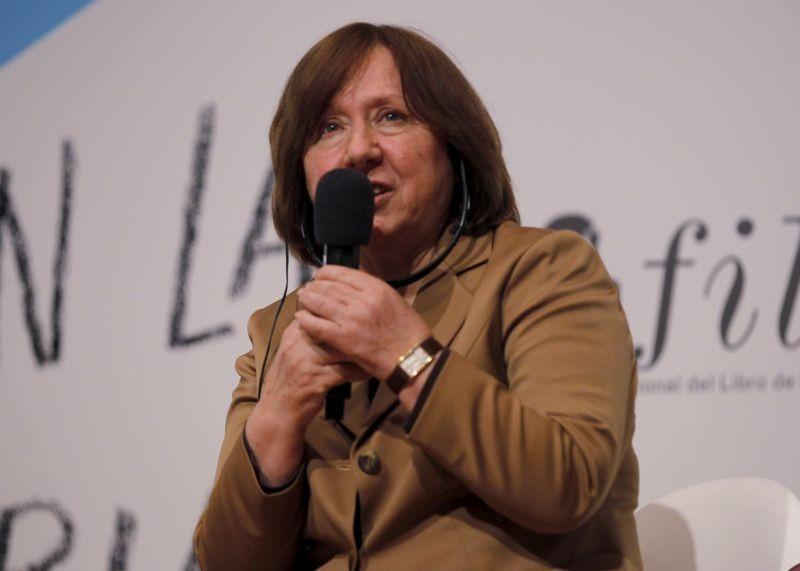 Tranh cãi bầu cử, Belarus thẩm vấn nhà văn đoạt giải Nobel  - ảnh 1