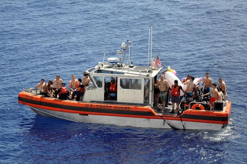 Chùm ảnh: Thủy thủ Mỹ nổ súng chặn cá mập giữa đông người bơi - ảnh 11